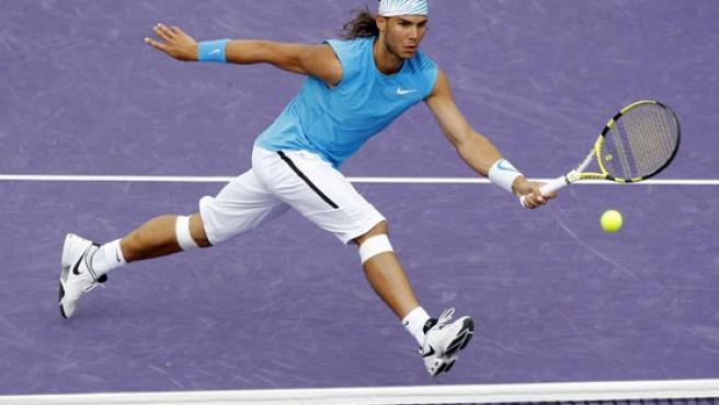 Nadal disputa un punto en las semifinales del torneo de Miami. (EFE)