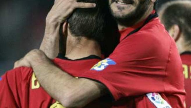 Dani Güiza abraza a Borja Valero tras el gol del Mallorca al Real Madrid.