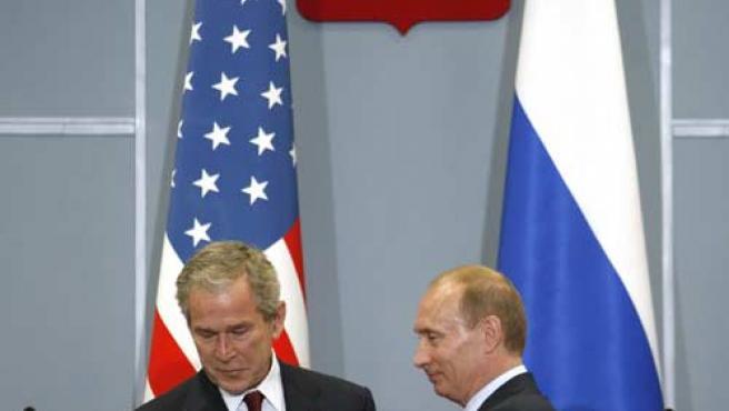 Vladimir Putin y George W. Bush se dan la mano al finalizar la rueda de prensa de la cumbre bilateral de Sochi. (REUTERS)