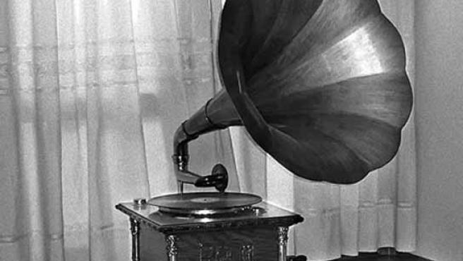 Una gramola antigua, donde se reproducían discos precariamente