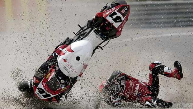 El piloto japonés de Yamaha, Noriyuki Haga, sufre una caída durante la primera carrera de Superbike. (Efe)