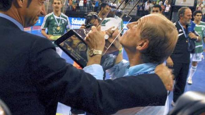 El periodista y presidente del Interviú Fadesa, José María García levanta el trofeo de vencedor del torneo. (EFE)