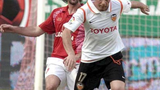 Joaquín y Peña pugnan por un balón. (EFE)