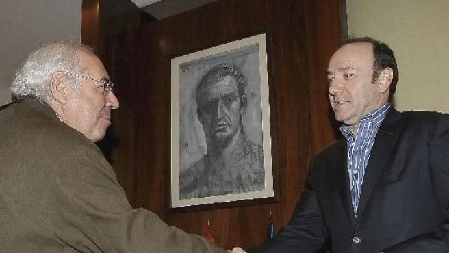 Kevin Spacey saluda al presidente asturiano