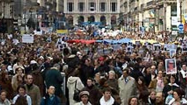 Cristina Fernández de Kirchner y Carla Bruni participaron en la 'marcha blanca' de París por Ingrid Betancourt. (AGENCIAS).
