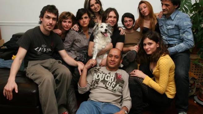 Rafael Fernández, en el centro de la imagen, junto varios de los componentes de la serie Amor Sobrenatural.