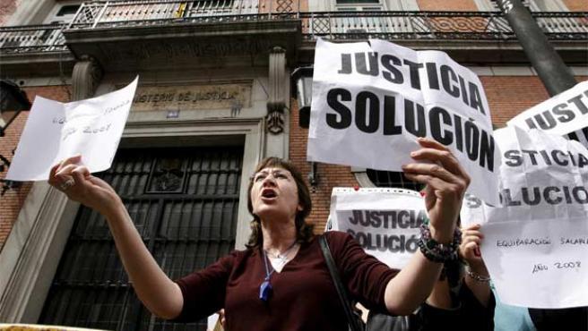 Funcionarios de justicia protestaban el domingo ante las puertas del Ministerio (Foto: Efe).