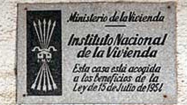 Símbolos franquistas como una estatua ecuestre y las placas que se colocaban en las viviendas de protección oficial.