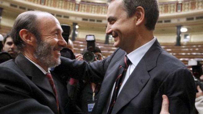 Alfredo Pérez Rubalcaba felicita a José Luis Rodríguez Zapatero después de que éste haya sido investido hoy presidente del Gobierno (EFE).