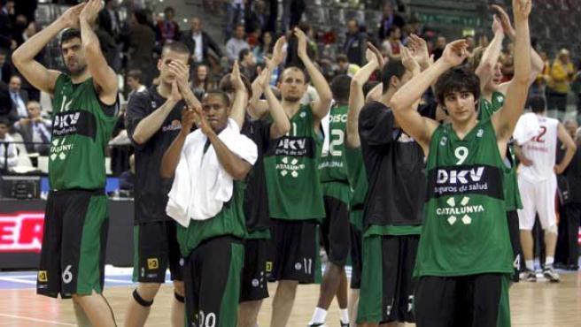 La plantilla del DKV aplaude a sus aficionados en las seimifinales de la ULEB. (EFE)