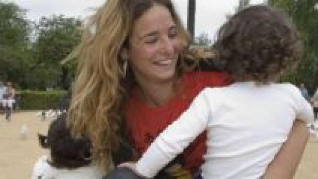 Marta, una de las voluntarias, con dos menores.