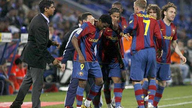 Frank Rijkaard da instrucciones a sus hombres tras el segundo gol de Eto'o. (Reuters)