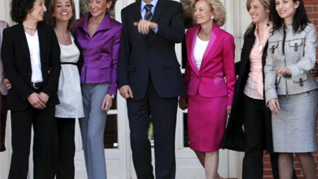 Zapatero y las ministras (Foto: Efe)