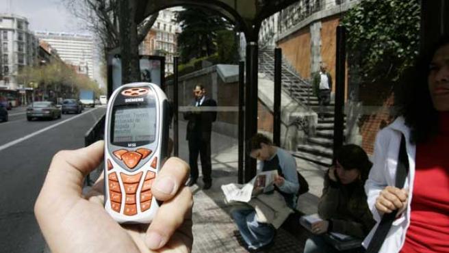 Una persona lee un SMS.