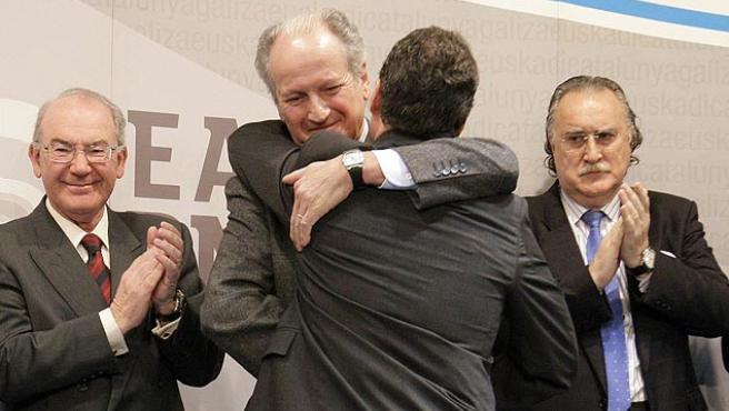 Atutxa abraza a Urkullu. (Alfredo Aldai/EFE).