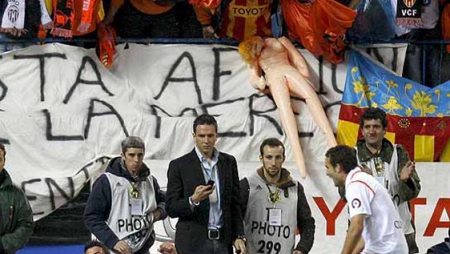 Alexis (en el suelo) celebra con Villa el segundo gol, que se convirtió en decisivo. (Efe)