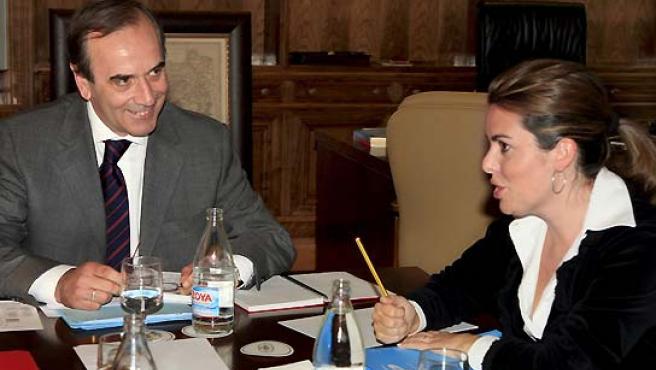Los portavoces en el Congreso del PSOE, José Antonio Alonso, y del PP, Soraya Sáenz de Santamaría, en su reunión de este jueves. (Gustavo Cuevas / EFE).