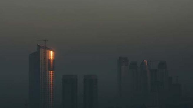 Los edificios de Buenos Aires, cubiertos por el humo. (Marcos Brindicci / Reuters).