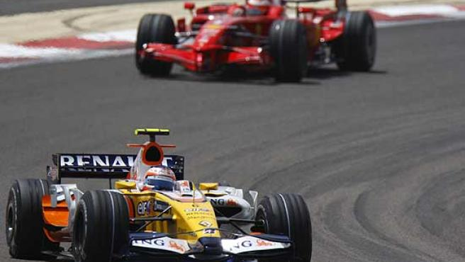 El Renault R28 seguido por uno de los Ferrari en Bahrein. El monoplaza de Alonso necesita mejorar mucho.
