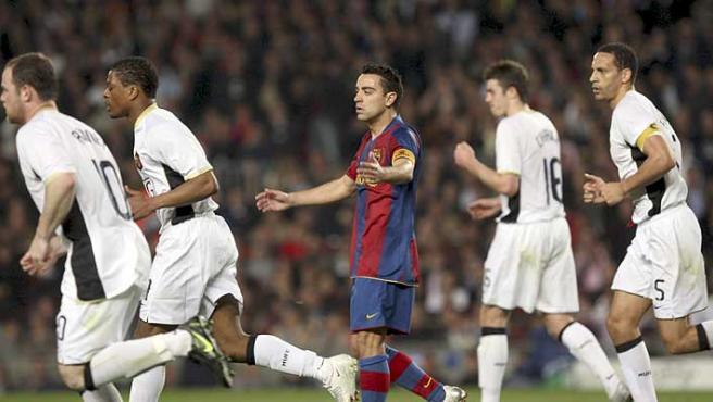 Xavi, impotente ante la defensa del Manchester. (Efe)