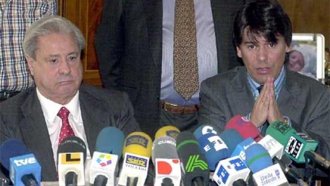 El promotor inmobiliario, Francisco Hernando, acompañado de su hijo, durante una rueda de prensa. (ARCHIVO)