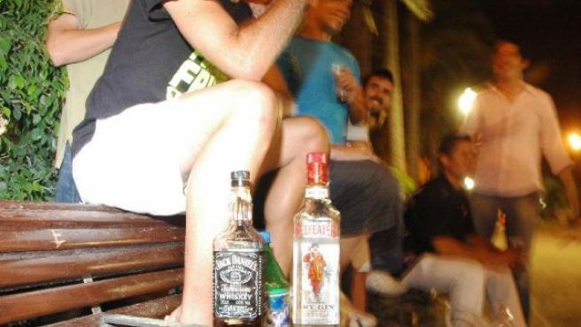 Un grupo de jóvenes consume alcohol en la calle. ARCHIVO