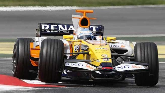 Fernando Alonso toma una curva con su Renault R28 en el circuito de Montmeló.