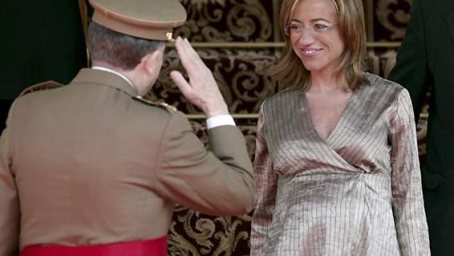 El jefe de Estado Mayor de la Defensa, general Félix Sanz Roldán, saluda a la ministra de Defensa, Carme Chacón. (Ballesteros / EFE).