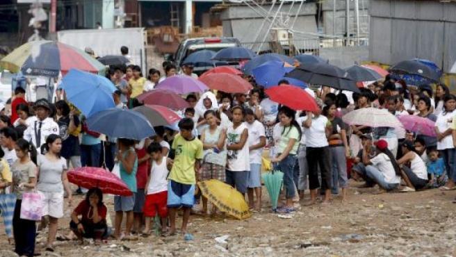 Centenares de filipinos hacen cola para comprar arroz subvecionado por el gobierno. (Foto: Dennis M. Sabangan / EFE).