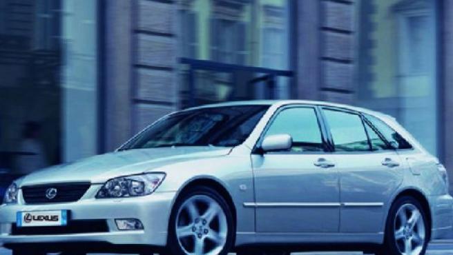 Imagen de un Lexus gris. (ARCHIVO)