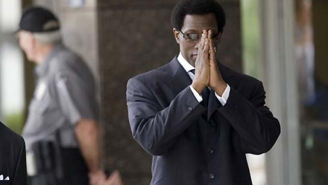 Foto de archivo en la que Wesley Snipes pide perdón antes de entrar en el tribunal.