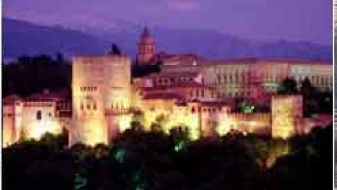 De izquierda a derecha, La Cibeles (Madrid), la Alhambra (Granada) y la Sagrada Familia (Barcelona).