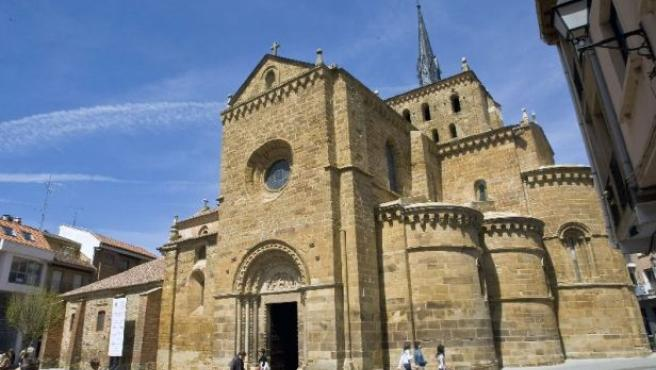 Panorámica de la iglesia de Santa María de Azogue, en Benavente.