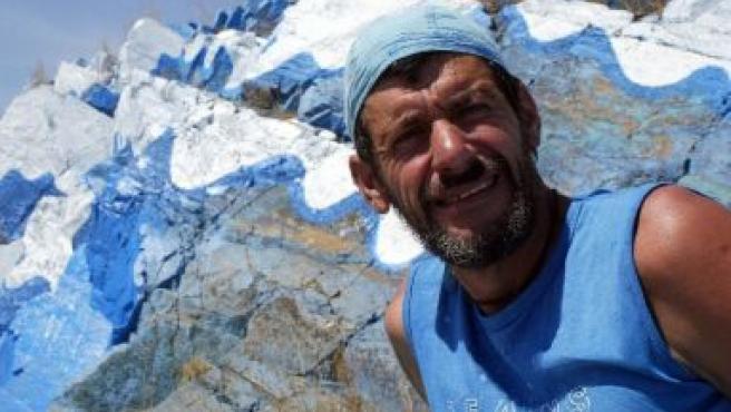 Este hombre ha pintado un monte de azul.