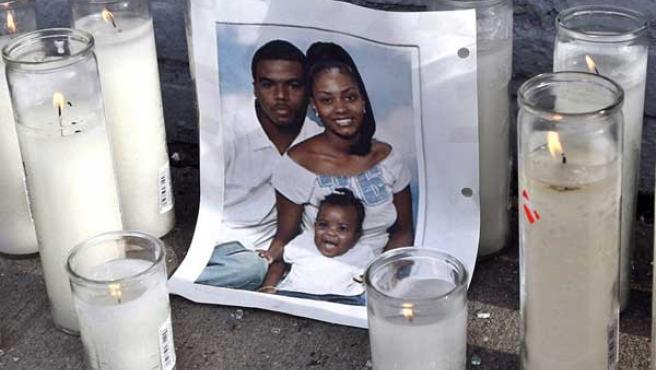 Foto de Sean Bell, de 23 años, con su familia. (REUTERS)
