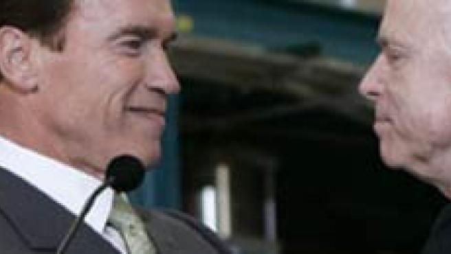 Arnold Schwarzenegger con el candidato republicano a la Casa Blanca Mc Cain. (ARCHIVO)