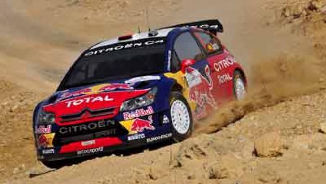 El piloto español Daniel Sordo conduce su Citröen C4 WRC durante el Rally de Jordania.