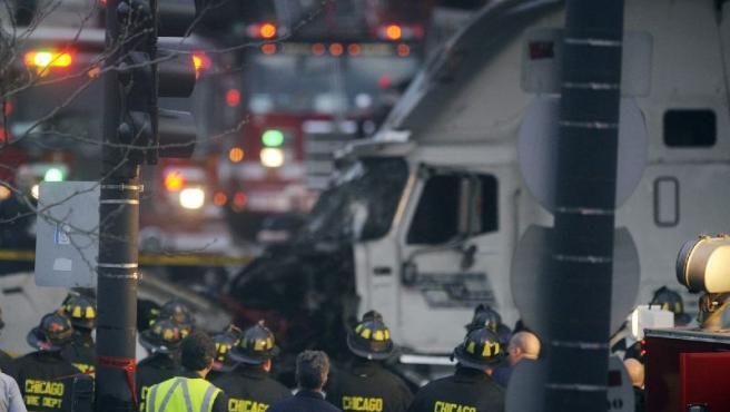 Los bomberos observan el camión accidentado.