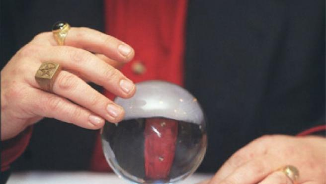 Un adivino, con su bola de cristal.