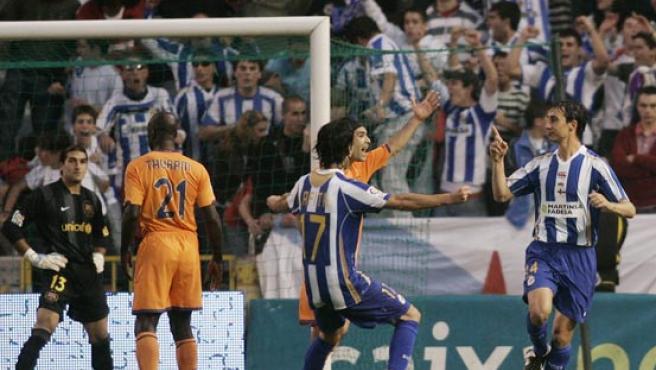 Pablo Amo celebra su gol en el Deportivo-Barcelona. (REUTERS)