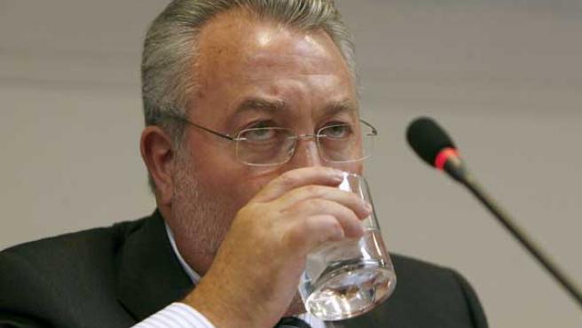 El ministro de Sanidad, Bernat Soria, durante la rueda de prensa en la que informó sobre el aceite de girasol contaminado. (EFE)