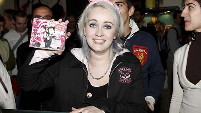 Celia Hernanz recibe gratis el último disco de Madonna por ser la primera madrileña que compró el nuevo trabajo de la cantante. (Alberto Martín / EFE).