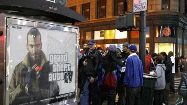 La gente hace cola en una tienda de Nueva York para adquirir el 'GTA IV'.