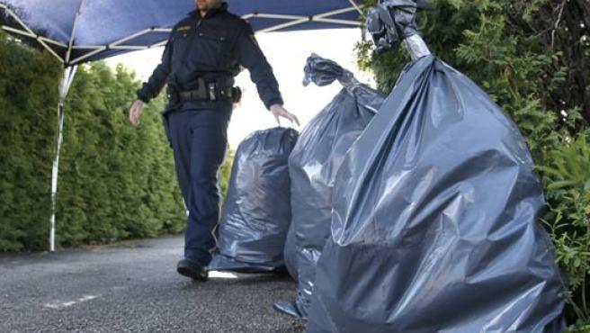 La Policía no deja de sacar bolsas con pruebas de la casa de Josef Fritzl. (REUTERS).