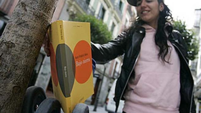Un libro 'bookcrossing' aguarda en un árbol a ser leído