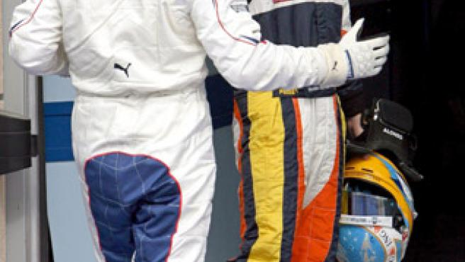 Kubica y Alonso se saludan en Bahrein. (EFE)