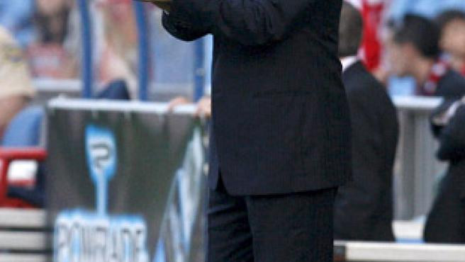 Javier Aguirre, durante el partido ante el Recreativo. (EFE)
