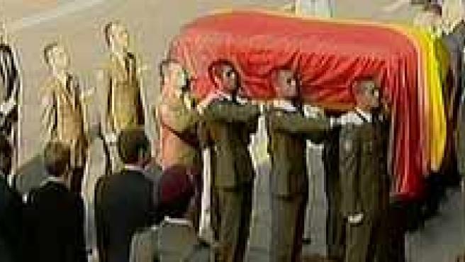 El Rey saluda a la viuda de Calvo Sotelo a la llegada al Congreso. (TVE)