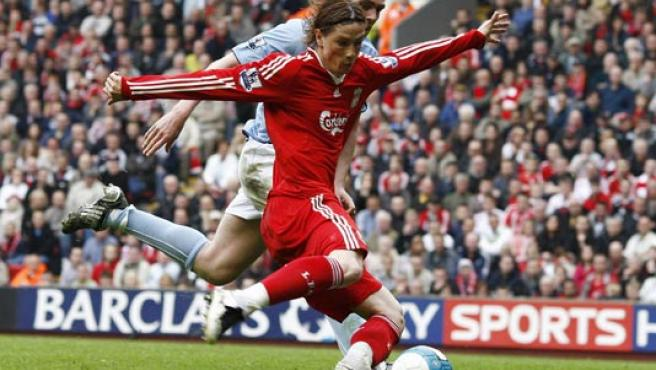 Fernando Torres, en un lance del partido ante el Manchester City (REUTERS).