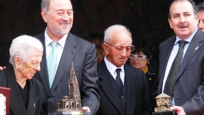 Remedios Rodríguez y Ramón García reciben sus premios de la mano de Gabino de Lorenzo y Avelino Sánchez.